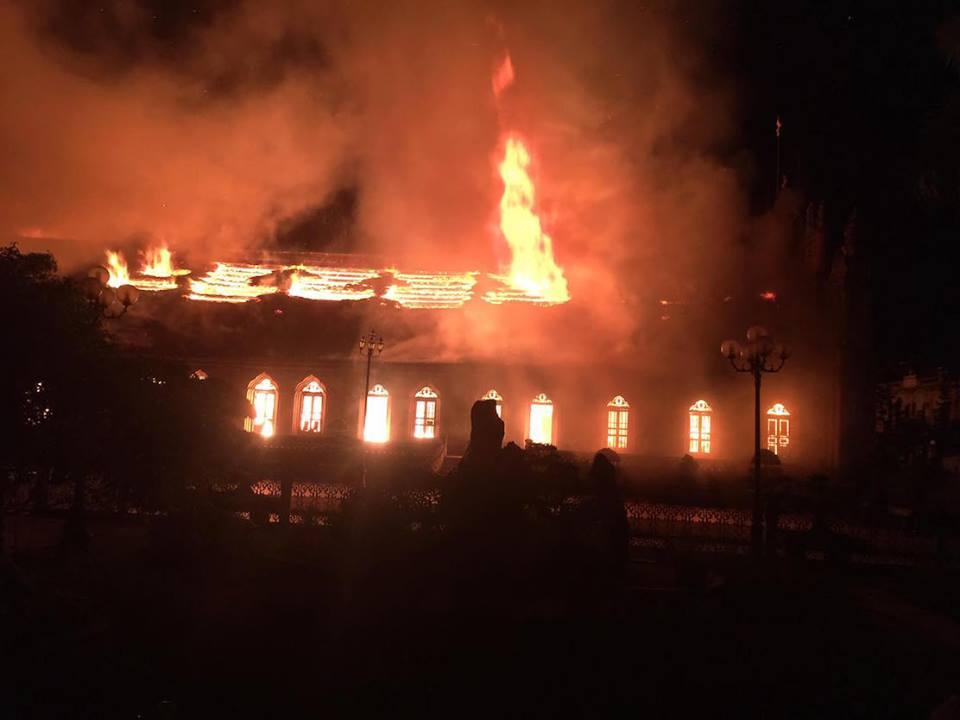 Nhà thờ cổ 130 năm tuổi bằng gỗ lim bị thiêu rụi trong đêm - 1