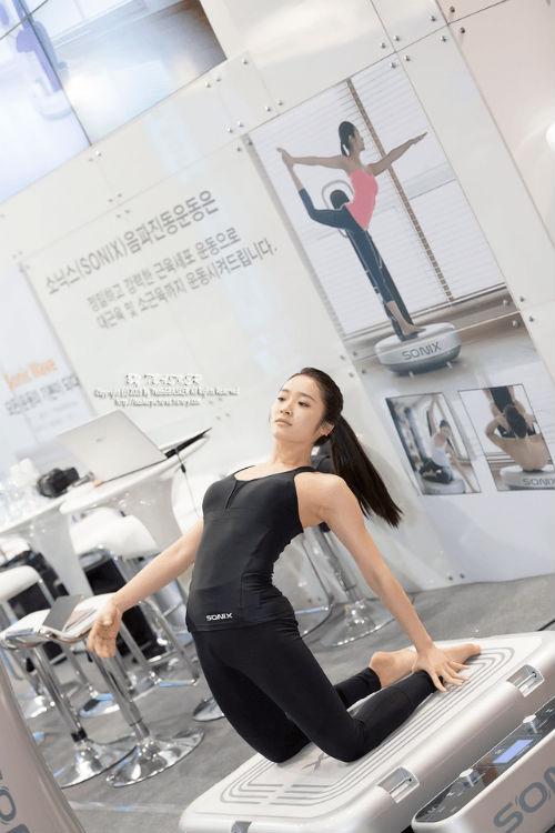 Nữ giáo viên yoga hút hồn vì thân hình hoàn hảo - 2
