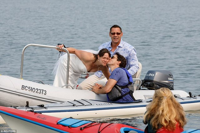 Thủ tướng điển trai Canada bất ngờ ngã nhào xuống nước - 3