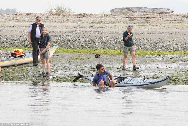 Thủ tướng điển trai Canada bất ngờ ngã nhào xuống nước - 2
