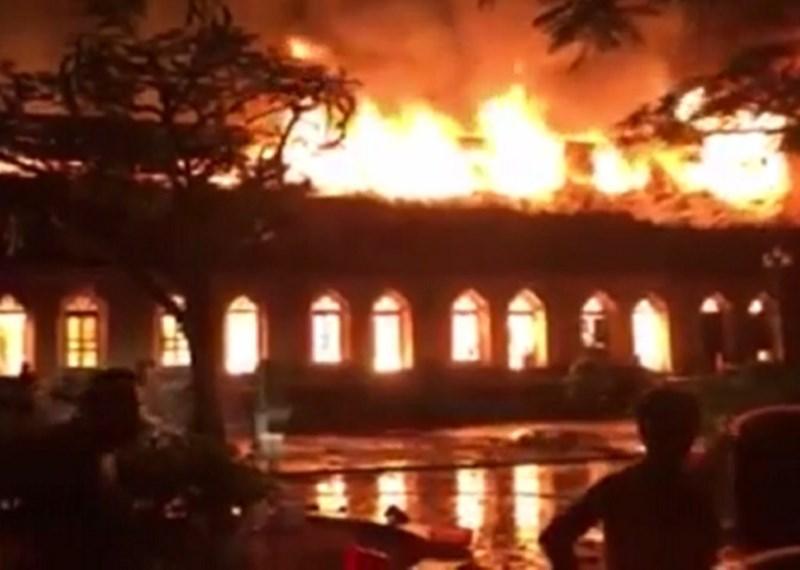 Cận cảnh nhà thờ hơn 100 năm tuổi cháy rực trong đêm - 4