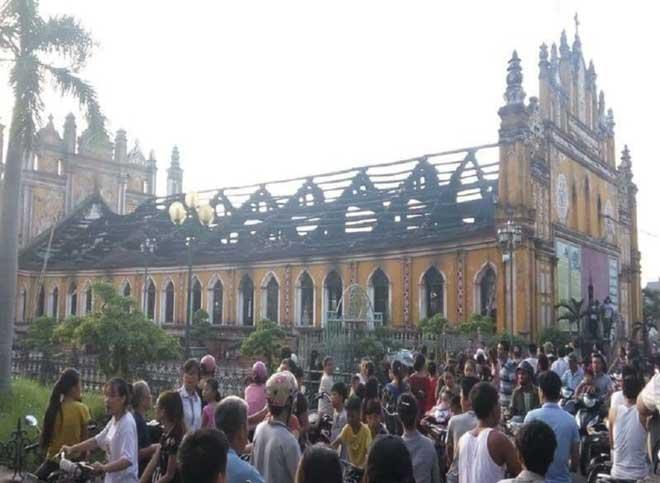 Cận cảnh nhà thờ hơn 100 năm tuổi cháy rực trong đêm - 9