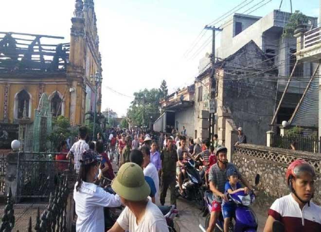 Cận cảnh nhà thờ hơn 100 năm tuổi cháy rực trong đêm - 5
