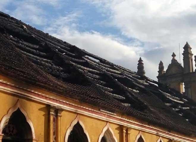 Cận cảnh nhà thờ hơn 100 năm tuổi cháy rực trong đêm - 7
