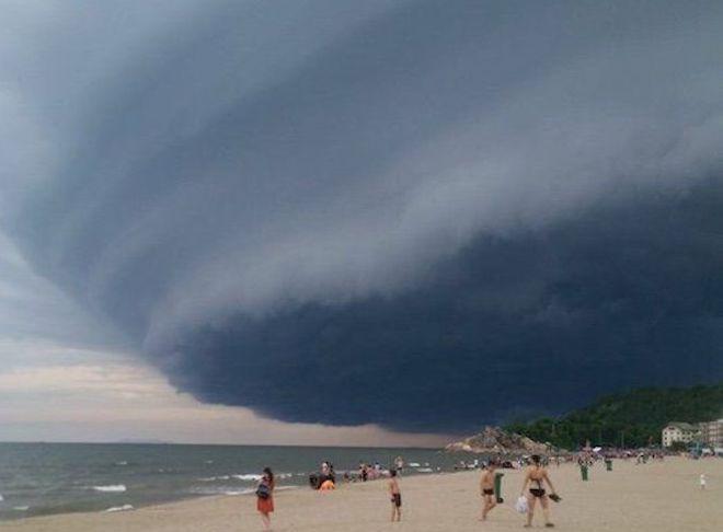 """Đám mây kì lạ """"nuốt chửng"""" biển Sầm Sơn từng xuất hiện nhiều nơi - 1"""