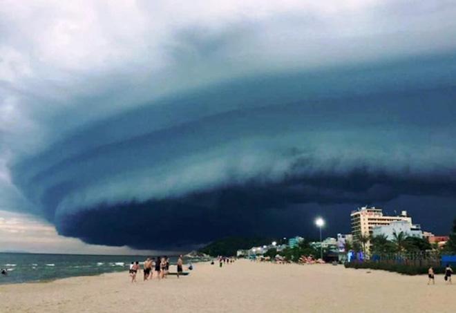 """Chuyên gia lý giải đám mây kỳ quái """"nuốt chửng"""" biển Sầm Sơn - 1"""
