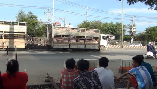 Đánh nhau giữa đường, một thanh niên bị xe tải tông bay nhiều mét - 1