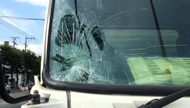 Đánh nhau giữa đường, một thanh niên bị xe tải tông bay nhiều mét - 2