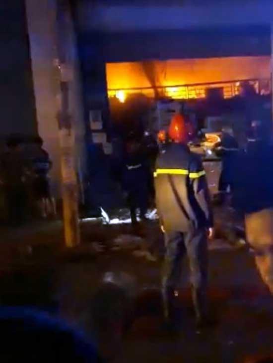 Sau tiếng nổ, nhiều người lao ra khỏi kho hàng đang rực cháy - 1