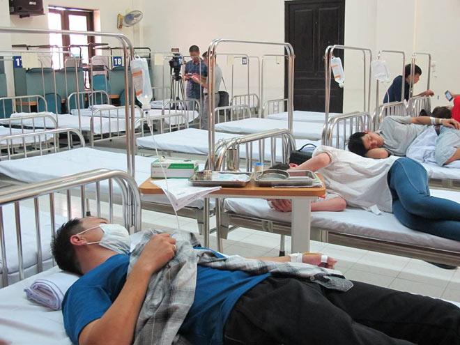 Người mắc sốt xuất huyết ồ ạt nhập viện, hội trường thành phòng bệnh - 1