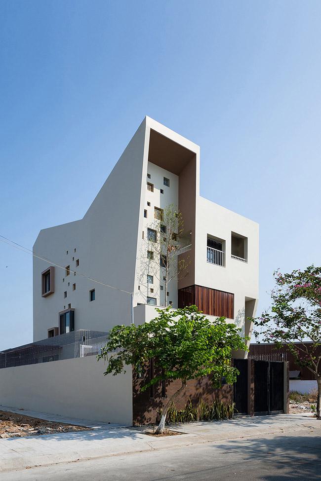 """Ngôi nhà có tên """"2H House"""" này tọa lạc tại khu đô thị mới Thạnh Mỹ Lợi, thuộc quận 2, Thành phố Hồ Chí Minh."""
