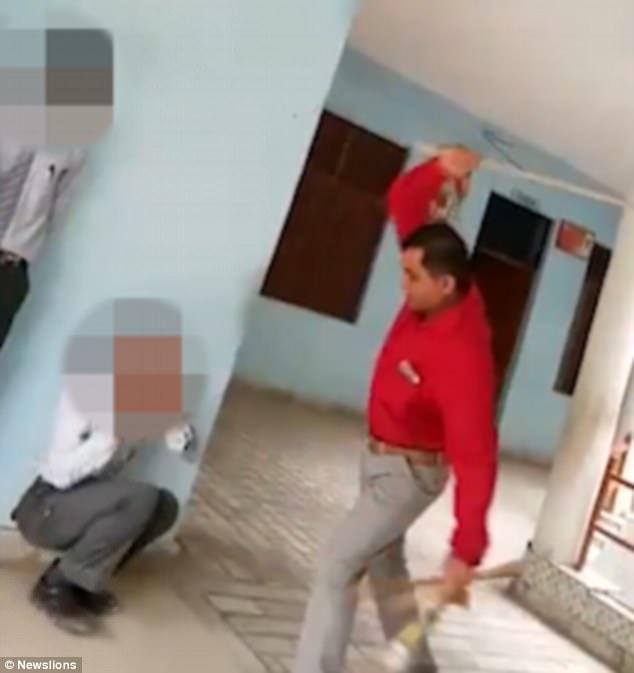 Ấn Độ: Hiệu trưởng đánh đập dã man học sinh - 1