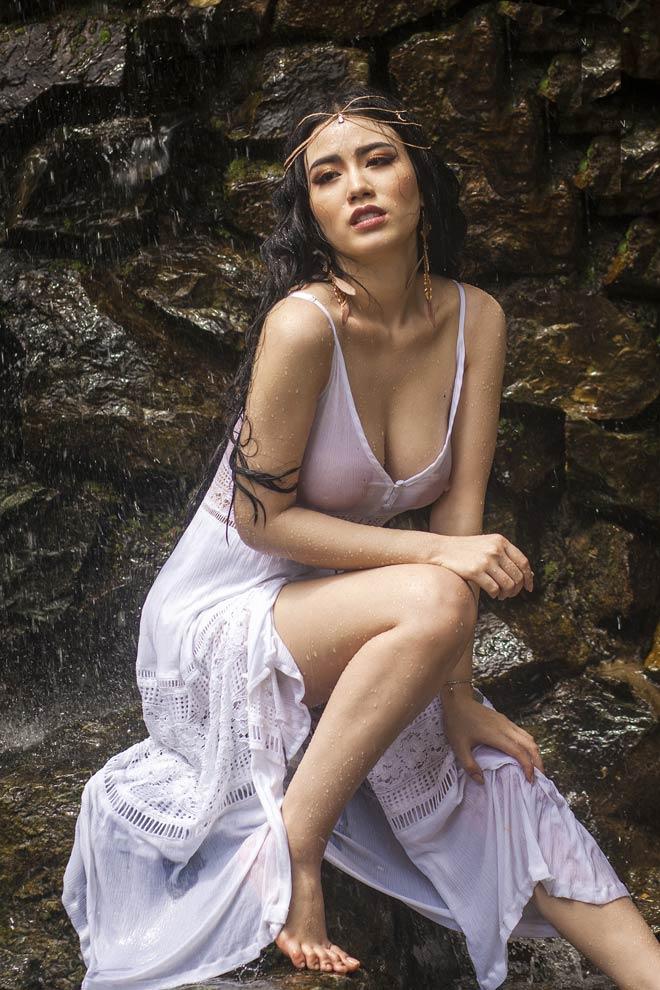 """Bộ ảnh tắm suối khiến dân mạng """"đỏ mặt"""" vì hậu trường của Linh Miu - 3"""
