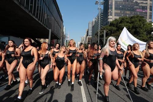 """""""Bàn tọa"""" lớn hơn 107cm hết cửa thi Hoa hậu Siêu vòng 3 Brazil - 2"""