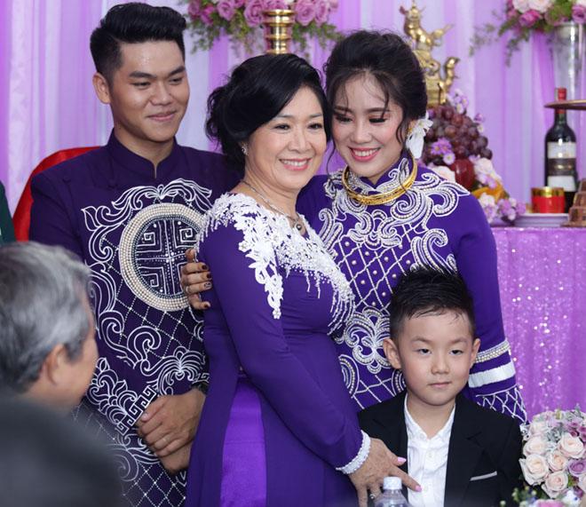Con trai quấn quýt Lê Phương không rời trong ngày mẹ tái hôn - 3