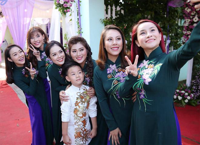 Con trai quấn quýt Lê Phương không rời trong ngày mẹ tái hôn - 2