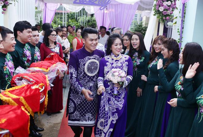 Con trai quấn quýt Lê Phương không rời trong ngày mẹ tái hôn - 10
