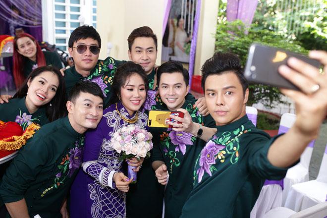 Con trai quấn quýt Lê Phương không rời trong ngày mẹ tái hôn - 13