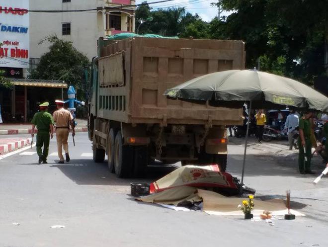 HN: Va chạm với xe tải, 3 người trên xe máy tử vong - 1