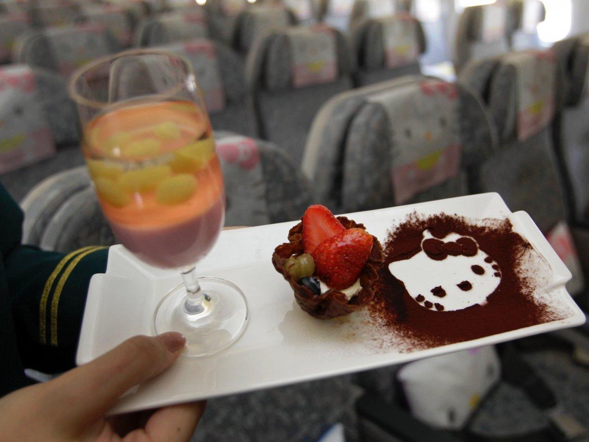 Khám phá máy bay Hello Kitty dễ thương nhất thế giới - 13