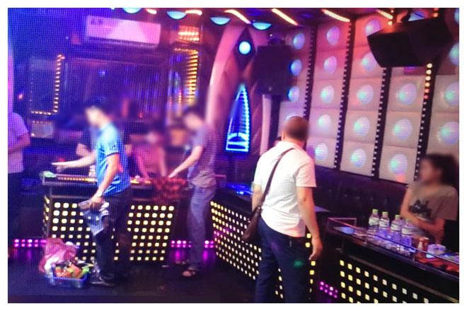 """Hàng chục """"dân chơi"""" bay lắc điên cuồng trong quán karaoke ở Hà Nội - 1"""