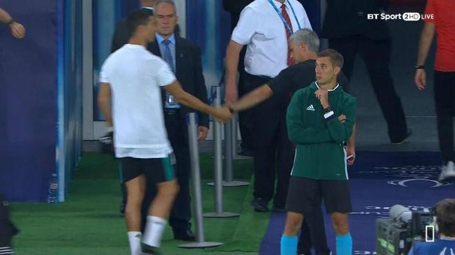 Ronaldo ôm hôn Mourinho, triệu fan MU mơ ngày tái hợp - 2