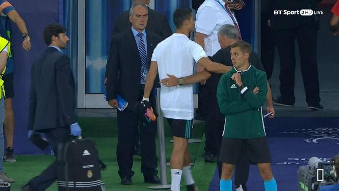 Ronaldo ôm hôn Mourinho, triệu fan MU mơ ngày tái hợp - 1