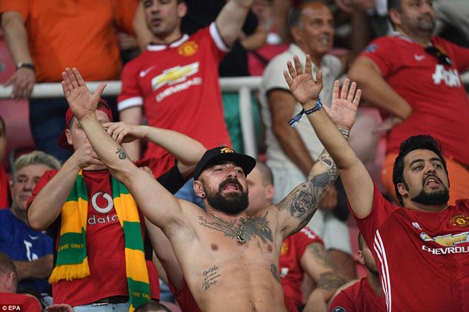 """Thua Real, Mourinho tặng """"món quà vô giá"""" cho fan MU - 2"""