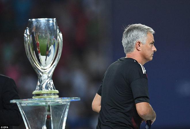 """Thua Real, Mourinho tặng """"món quà vô giá"""" cho fan MU - 1"""