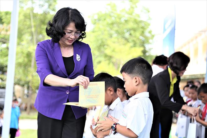 Quỹ sữa Vươn cao Việt Nam trao tặng 46.500 ly sữa cho trẻ em Quảng Nam - 3