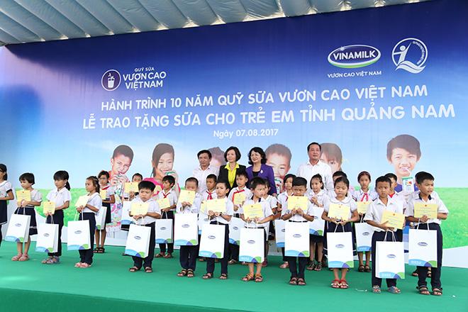 Quỹ sữa Vươn cao Việt Nam trao tặng 46.500 ly sữa cho trẻ em Quảng Nam - 7