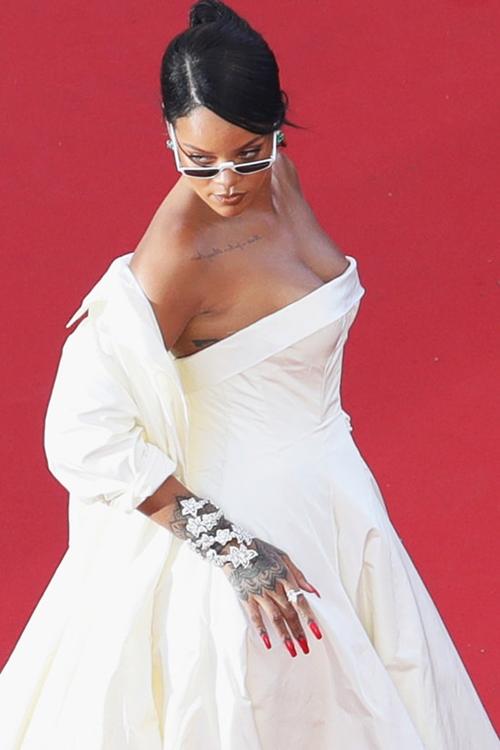 """Những bộ cánh """"nhìn hết muốn ăn thịt mỡ"""" của Rihanna! - 8"""