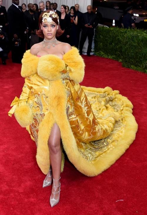 """Những bộ cánh """"nhìn hết muốn ăn thịt mỡ"""" của Rihanna! - 9"""
