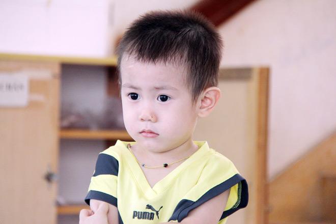 Bé trai khôi ngô nghi bị bỏ rơi ở trung tâm Sài Gòn - 1