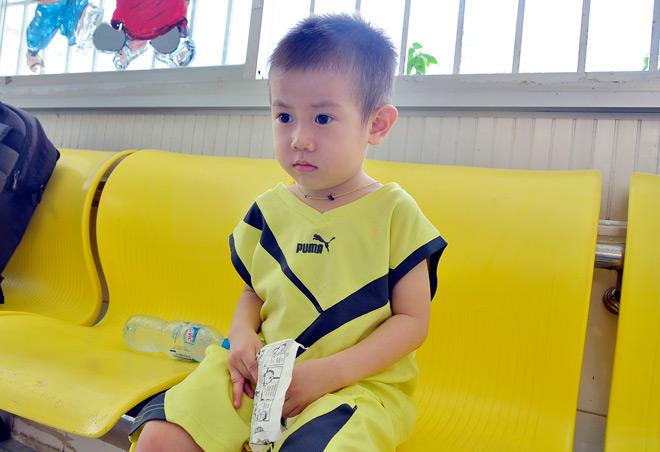 Bé trai khôi ngô nghi bị bỏ rơi ở trung tâm Sài Gòn - 4