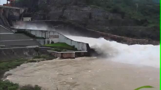 Nước lũ về dồn dập, hồ Hòa Bình lại tức tốc mở cửa xả đáy