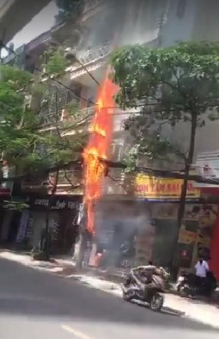 Clip: Cột điện cháy đùng đùng, nổ như pháo trên phố HN - 1