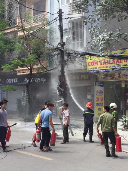 Clip: Cột điện cháy đùng đùng, nổ như pháo trên phố HN - 2