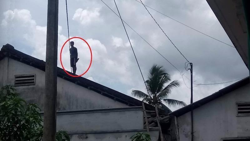 Thanh niên nghi ngáo đá, cố thủ 8 tiếng trên nóc nhà - 2