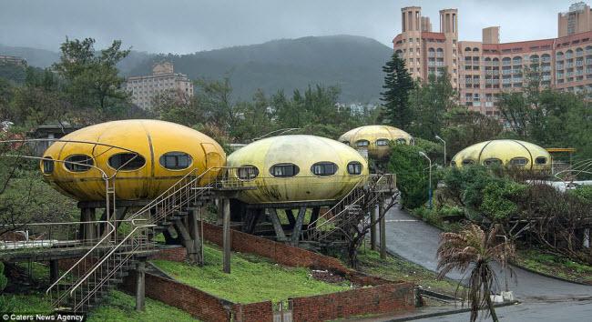 Khung cảnh hoang tàn đến lạnh người bên trong ngôi làng UFO ở Đài Loan - 1