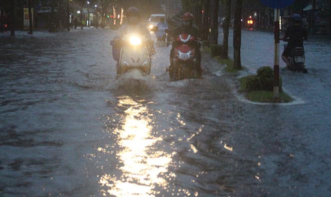"""Cần Thơ: Mưa lớn, sấm sét dữ dội, đường biến thành """"sông"""" - 6"""