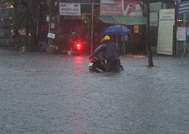 """Cần Thơ: Mưa lớn, sấm sét dữ dội, đường biến thành """"sông"""" - 5"""