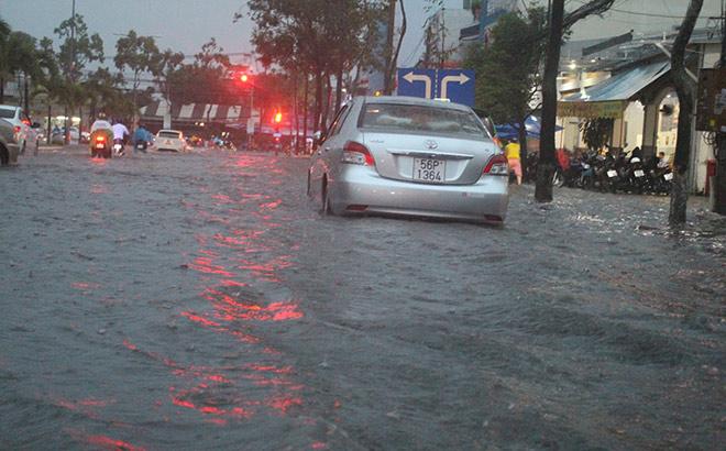 """Cần Thơ: Mưa lớn, sấm sét dữ dội, đường biến thành """"sông"""" - 2"""