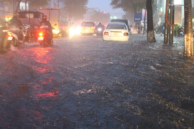 """Cần Thơ: Mưa lớn, sấm sét dữ dội, đường biến thành """"sông"""" - 3"""