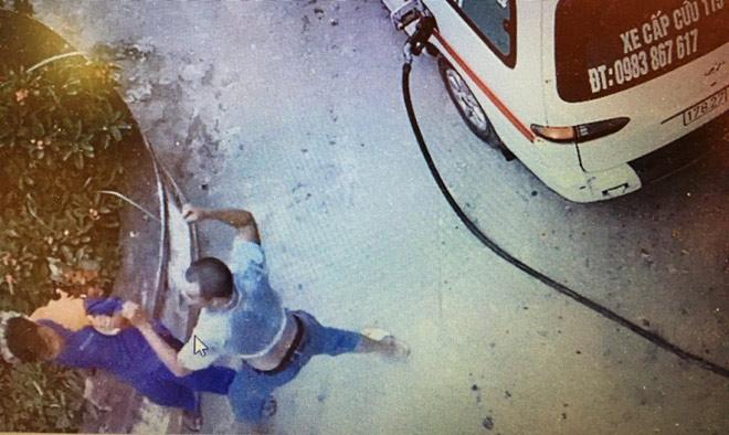 Không được mua chịu, lái xe cứu thương đánh nhân viên cây xăng nhập viện - 2