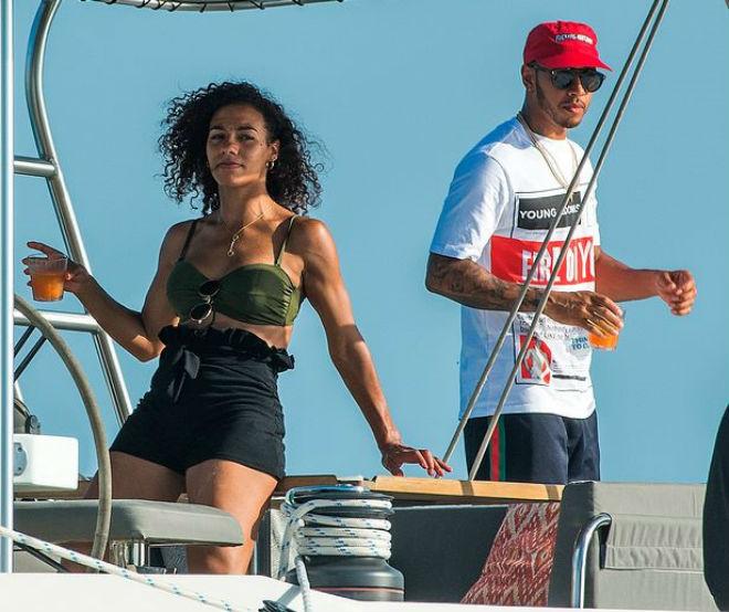 Lewis Hamilton mở tiệc bikini trên du thuyền với dàn người đẹp - 2