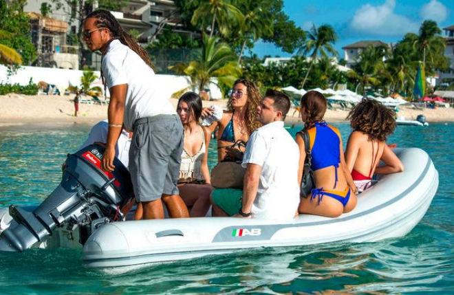 Lewis Hamilton mở tiệc bikini trên du thuyền với dàn người đẹp - 4