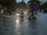 """Cần Thơ: Mưa lớn, sấm sét dữ dội, đường biến thành """"sông"""""""