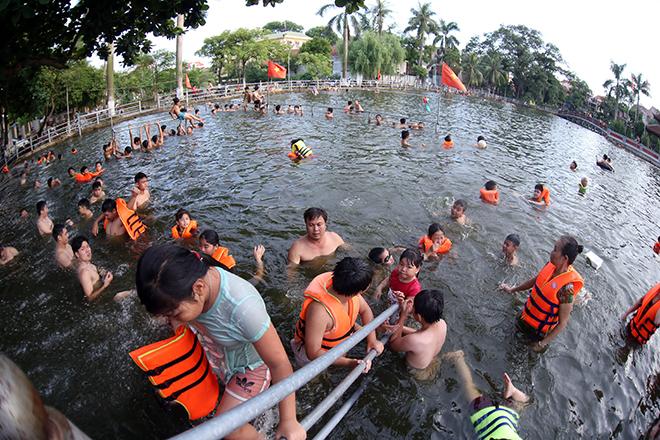 Ao tù hoá bể bơi xanh mát vạn người mê ở Hà Nội - 5