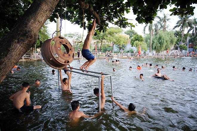 Ao tù hoá bể bơi xanh mát vạn người mê ở Hà Nội - 10